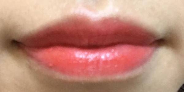 556番の赤リップを唇に塗る