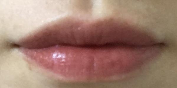 748番のリップを唇に塗る