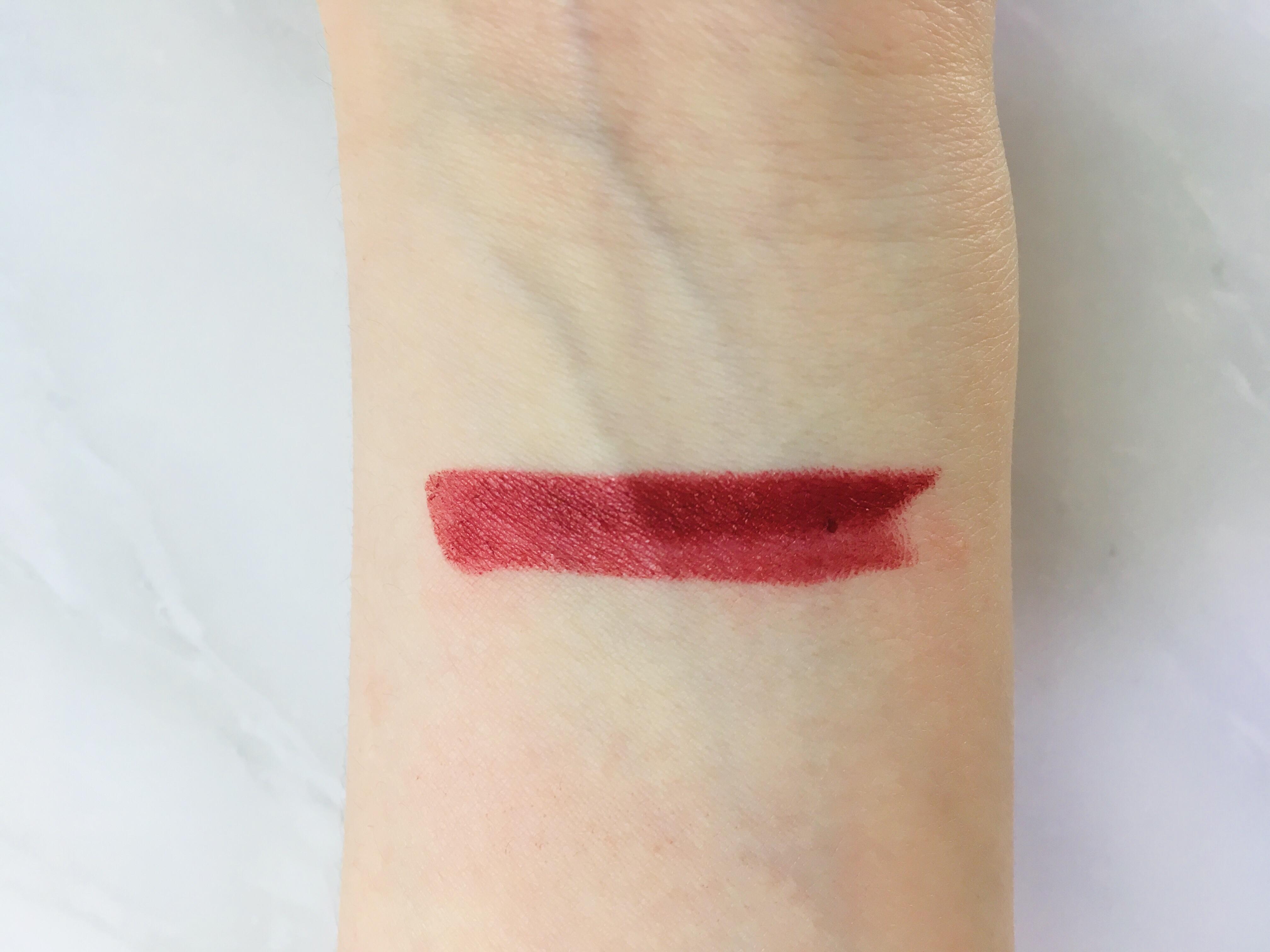 549番の赤リップを手首に塗る
