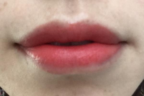 レブロンキスクラウドを唇に濃く塗った