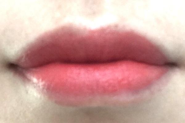 レブロンキスクラウドを唇に薄く塗った